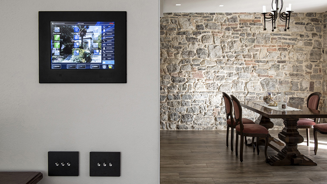 Home automation toggle controls with AVEbus and KNX technology