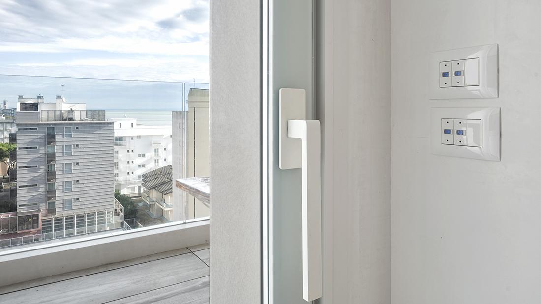 Una smart home in affaccio sul mare, fra domotica e design